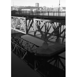 Fotokonst på bro som speglar sig i sjön. Svart/vit tavla.