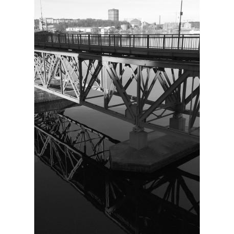 Fotokonst på bro som speglar sig i sjön. Svart/vit vintage tavla.