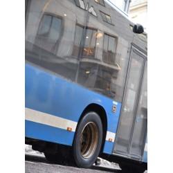 Fototavla av hus som speglar sig i blå buss. Köp snygga fototavlor online från Spoca