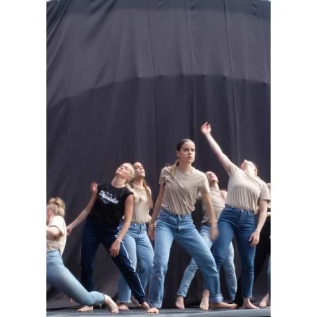 Dancing women fotokonst. Köp fototavlor online från Spoca edition