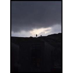 Tavla med episk fotokonst av människor på berg mot ljus himmel.