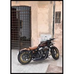 Fotokonst från Palma. Fototavla av motorcykel i gränd.