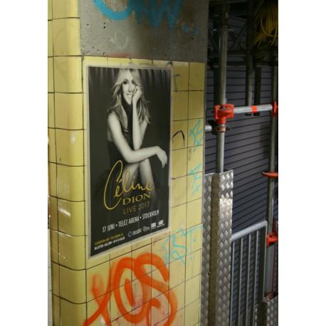 Poster med schabbigt retro/vintagemotiv på Slussen i Stockholm. Fototavla.