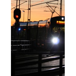 Tåg i skymning print. Fotokonst Lidingöbron av Speedcenter - Spoca