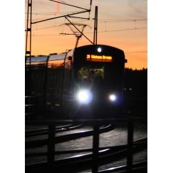 Superfin fotokonst med tåg i skymning. Lidingö, Lidingöbron