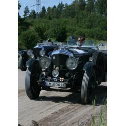 Poster med två bilar som tävlar om första plats