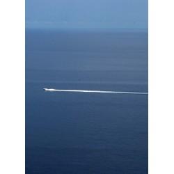Tavla, poster med ensam båt på hav. Fototavla i härligt blått