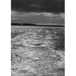 Svartvit tavla med moln över hav. Beställ fotokonst online från Spoca.