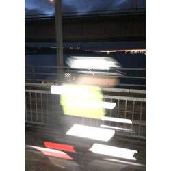 Fototavla av cyklist i mörker över Lidingöbron en tidig morgon - Spoca