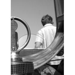 Fotokonst Man vid bil. Vintage tavla i svartvitt - Spoca