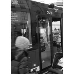 Poster med kvinna som stressar till bussen. Fin tavla till svartvit inredningsstil.