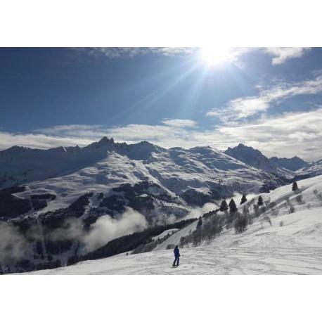 Poster vackra naturmotiv. Snöklädda berg och blå himmel