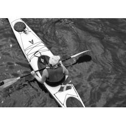 Kvinna i havskajak poster. Svartvit tavla från Stockholm - Spoca