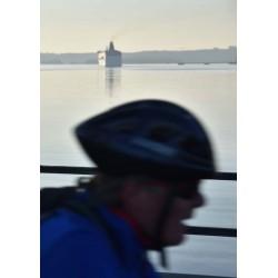 Fotoposter av cyklist och färja som lämnar staden - Spoca